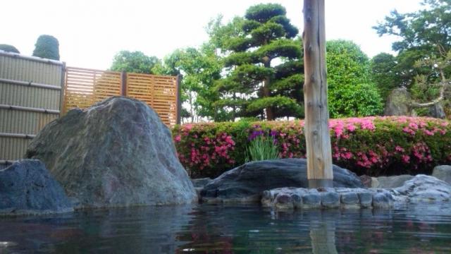 サツキ咲く庭園露天風呂
