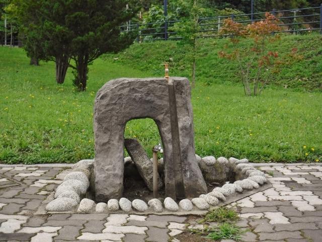 虹ヶ丘公園内の「鍋釣岩」