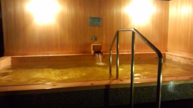 生源泉(加水・加温なし)掛け流しの「渓流の湯」(檜風呂)