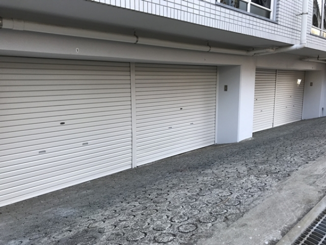 シャッター付きバイクガレージ