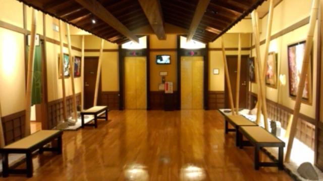 金のエレベーターホール