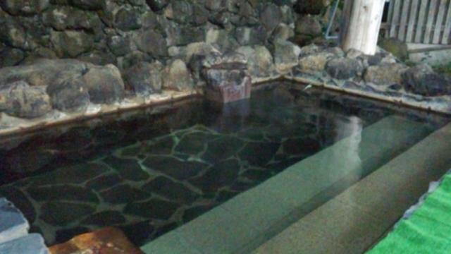 新館露天風呂。通年営業だが、冬季は加温循環ろ過塩素消毒有。それ以外は完全掛け流し。