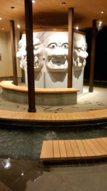 敷地内に移設された八面大王の足湯