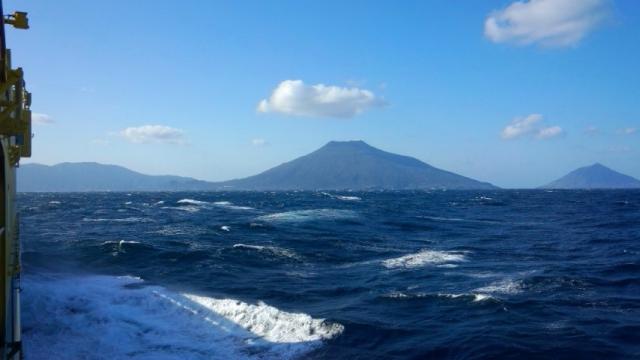 八丈島に向う橘丸〈中央・八丈富士/右・八丈小島/左・三原山〉(2015年3月24日火)
