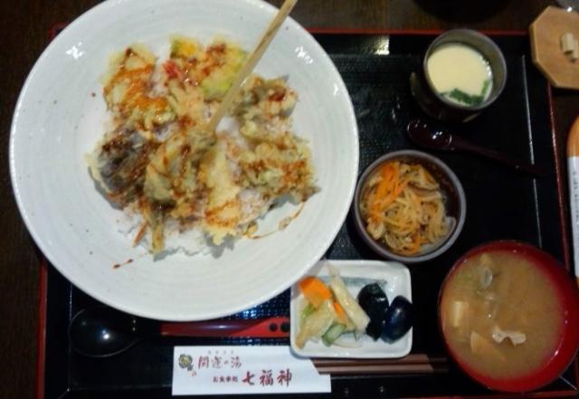お食事処七福神で名物天丼922円(税込)をいただく