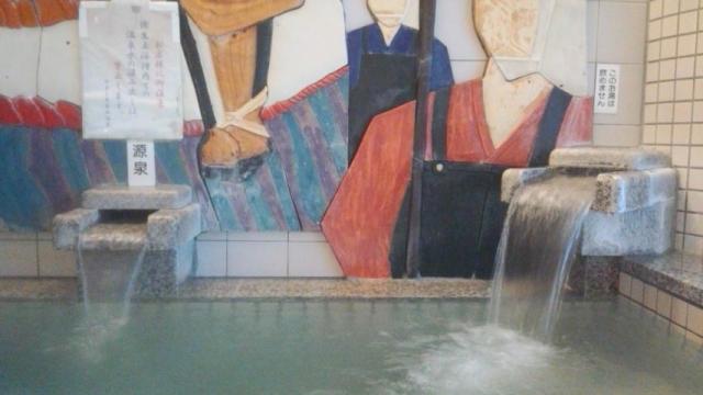 源泉槽の投入(左・32℃非加温/右・加温)