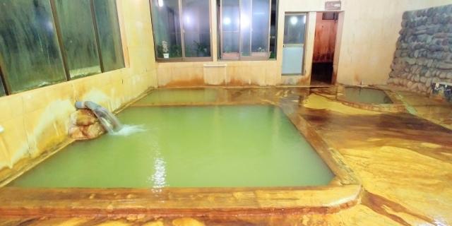 大浴場全景、奥に小浴槽と打たせ湯あり。