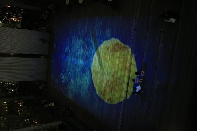【2015/3/21撮影】58階の天空庭園で光と音のShow。夜間30分毎に上映。