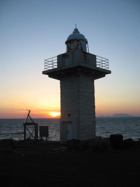 伊豆岬の夕日(2015年3月27日金) 灯台右側は神津島