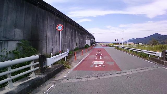 左側の白いガードレール付近にレーダー設置