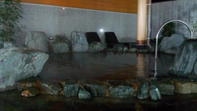 岩風呂(小)の源泉掛け流し浴槽(加温・循環なし)