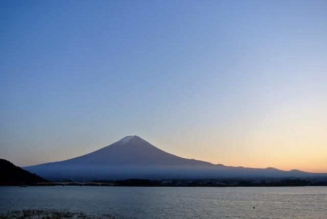 河口湖と少し雪化粧の富士山