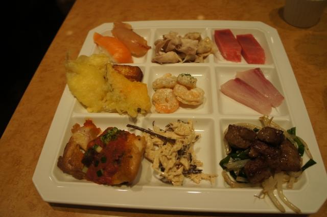 夕飯のバイキング。三浦野菜・三崎のマグロなど、地元の食材も充実!