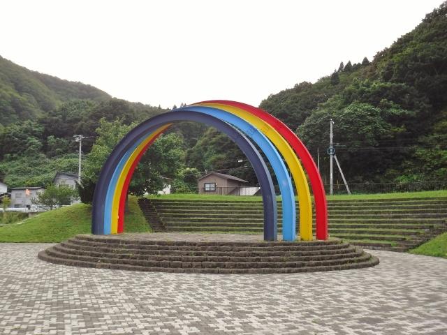 虹ヶ丘公園の鍋釣岩は上から水が出ます。虹の輪のモニュメントも併せて投稿します。