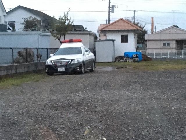 空き地に停車し監視状態のパトカーです。