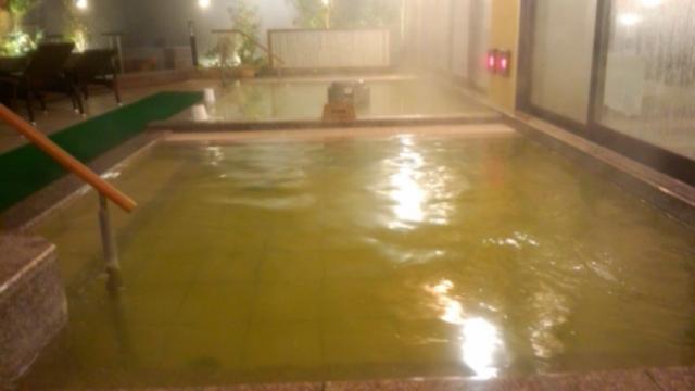 露天風呂の手前小浴槽、奥人工炭酸泉