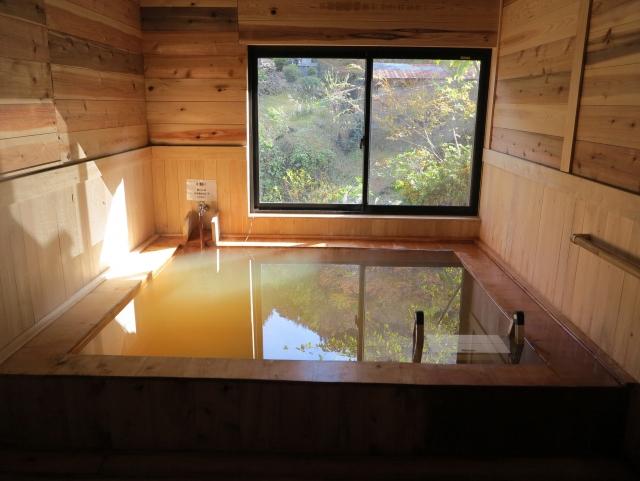 檜風呂の内湯と黄金色の温泉