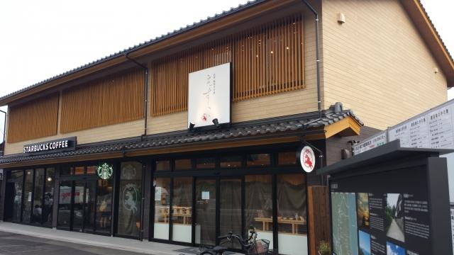 出雲大社の参道入口に位置している為、全国的にも珍しい瓦葺きで格子造りの和風建築になっています。