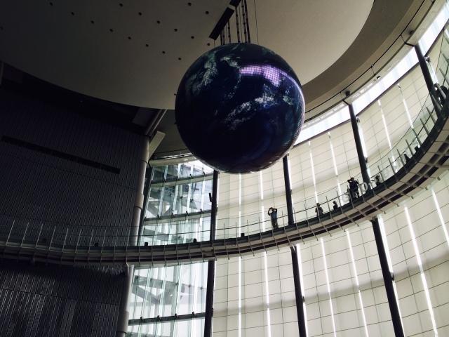 入口付近の吹き抜けにあるミラーボール。地球が浮かび上がってきます。