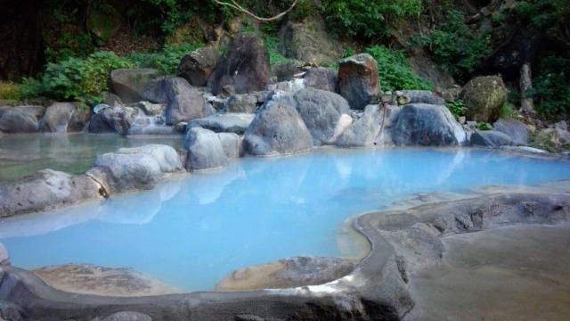 鮮やかな青い湯