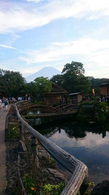 富士山を背景の忍野八海です。