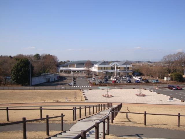 道路はさんで向かい側の、三王山ふれあい公園からの遠景。