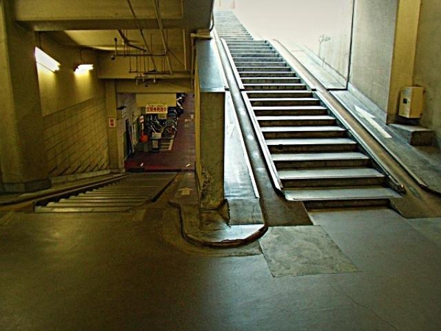 地下駐輪場出入口。動かない坂です(´・ω・)(・ω・`)